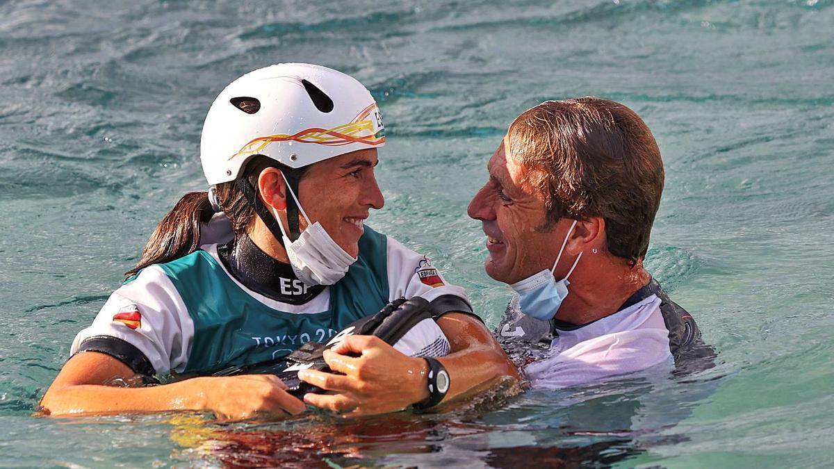 Maialen Chourraut i el seu marit i entrenador, Xabi Etxaniz, celebren l'èxit a les aigües del canal olímpic de Kasai | NOMBRE FEQWIEOTÓGRAFO