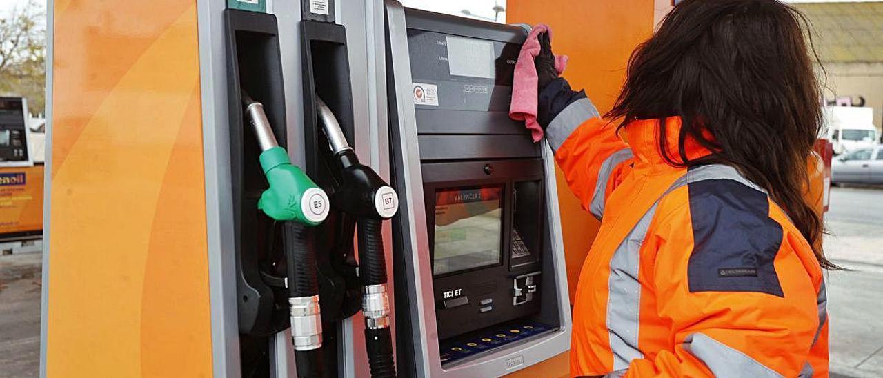 La empleada de una gasolinera de València el pasado 16 de marzo, el primer día laborable tras el estado de alarma.