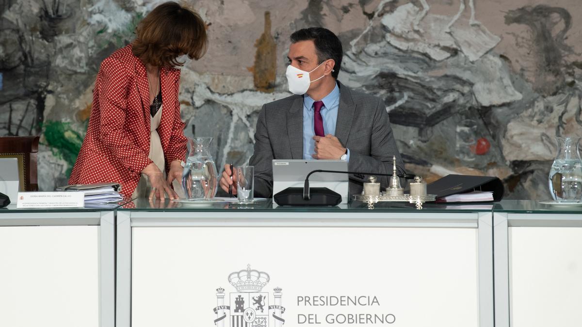 Pla mitjà del president del govern espanyol, Pedro Sánchez, amb la vicepresidenta primera, Carmen Calvo, a la reunió del Consell de Ministres que concedeix els indults als presos independentistes, el 22 de juny de 2021 (horitzontal)