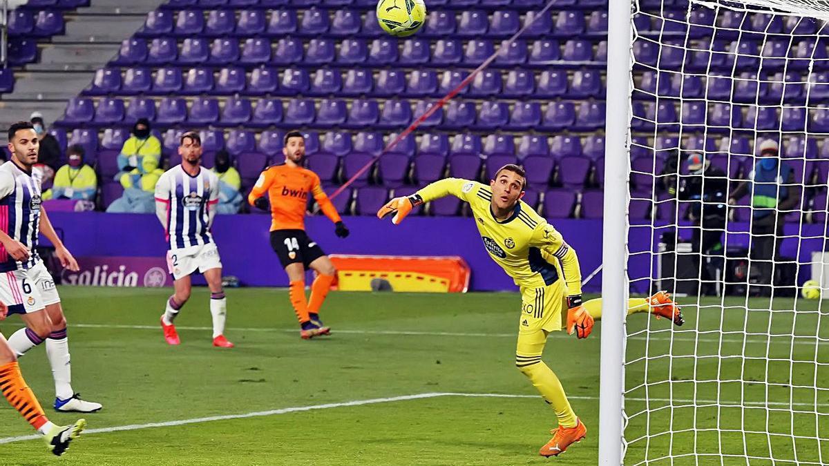 El balón lanzado por Gayà es repelido por la escuadra.  | EFE/R. GARCÍA