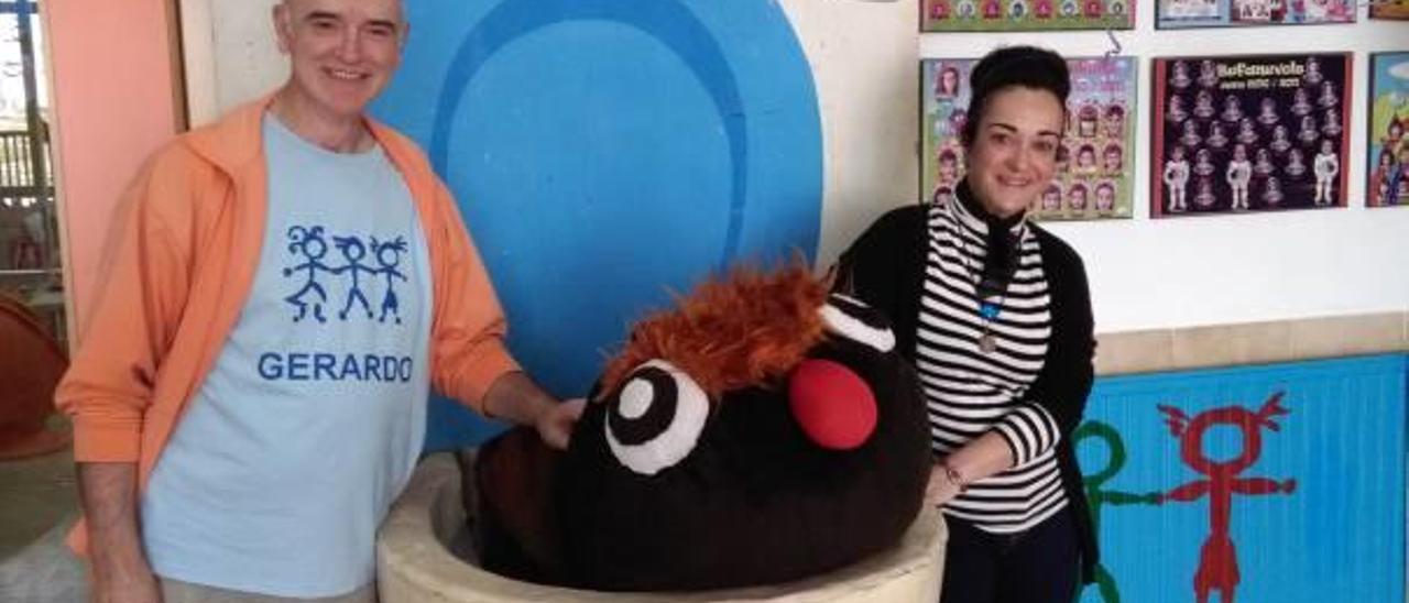 Rosana Mira al entregar el gran váter de la obra «Caca» al director de la escuela infantil.