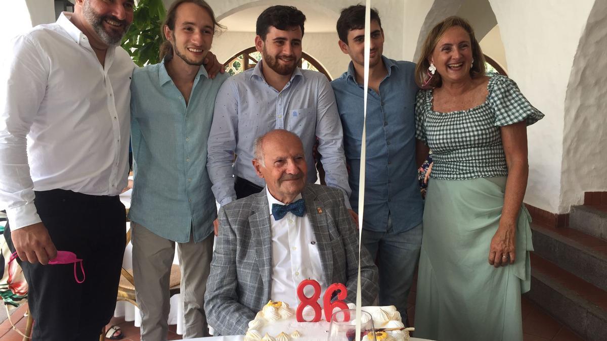 Celebración del 86 cumpleaños de Ramón Reguero en el Pueblo Canario.