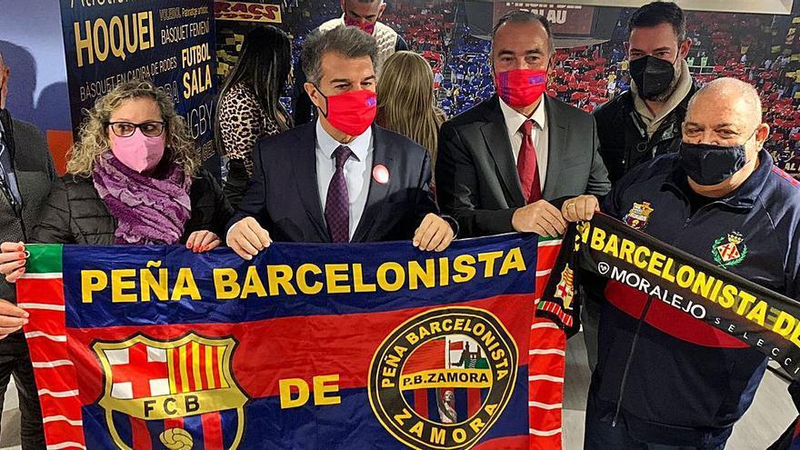 Dos integrantes de la Peña Barcelonista de Zamora, con Laporta