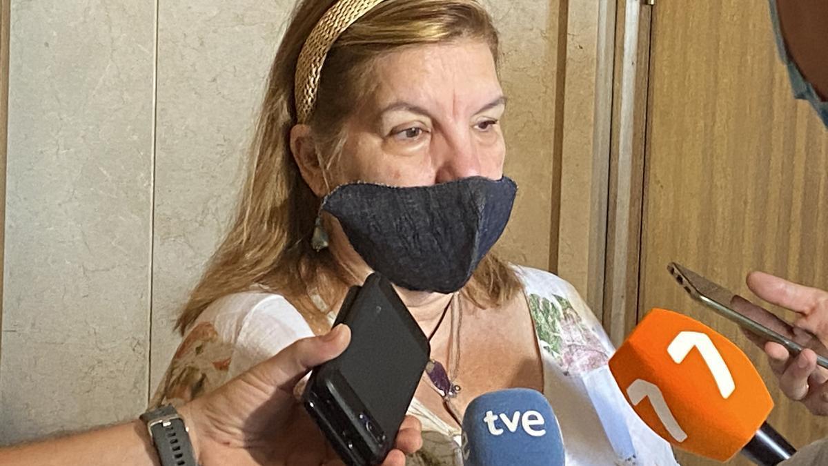 La madre de la víctima del crimen de Beniaján, atendiendo a los medios.