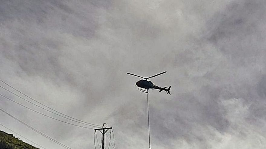 EDP coloca con un helicóptero nuevas torres eléctricas para evitar apagones en Caso