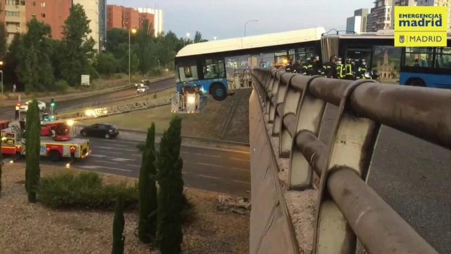 Un bus lanzadera del Mad Cool queda suspendido de un puente sin pasajeros