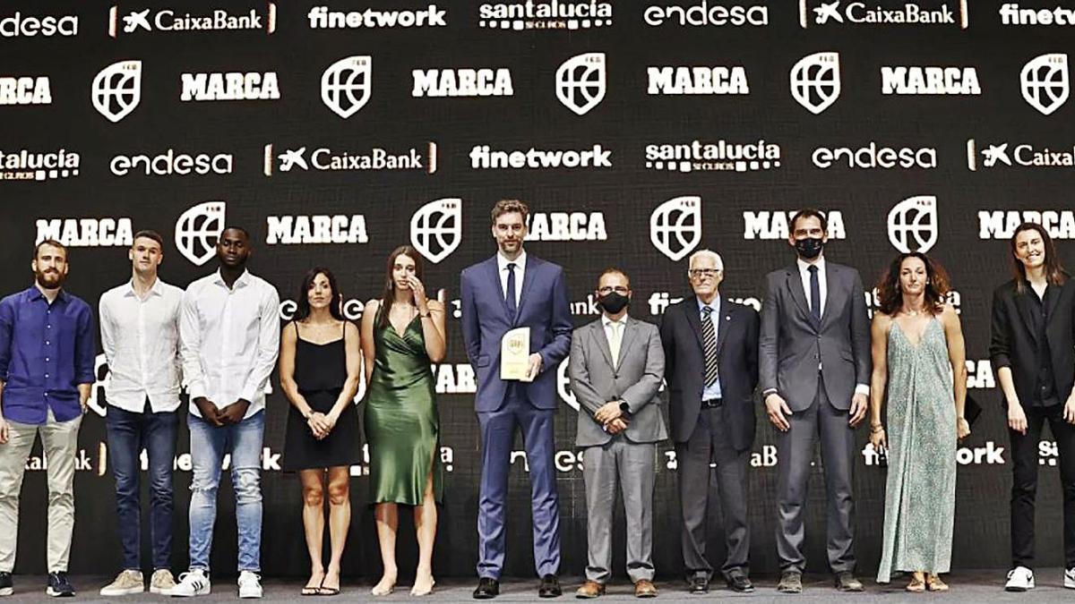 Alba Torrens (der.) junto a todos los premiados en la II Gala del baloncesto español. | FEB