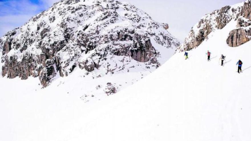 El riesgo de aludes en los Picos de Europa trunca las travesías y recorridos por la montaña para el fin de semana