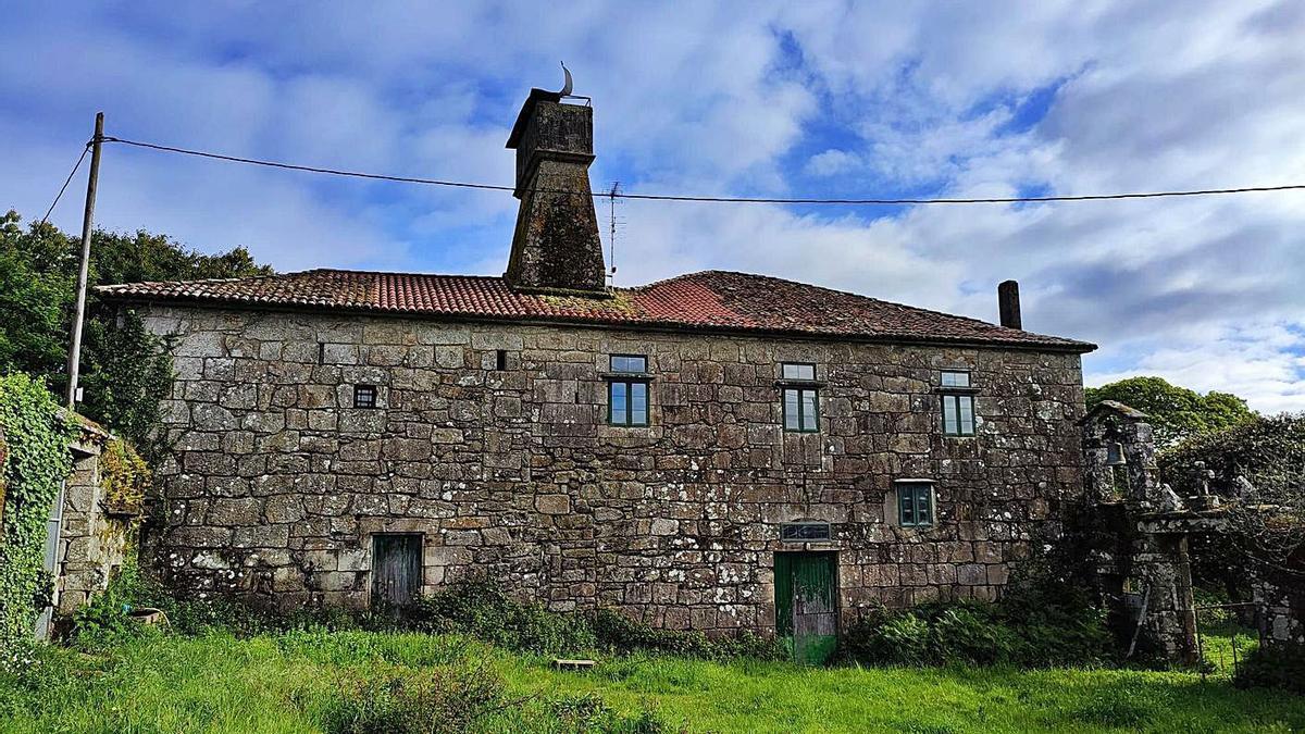 Una de las fachadas de la casa rectoral de San Fiz de Estacas, en Cuntis.   | // FDV