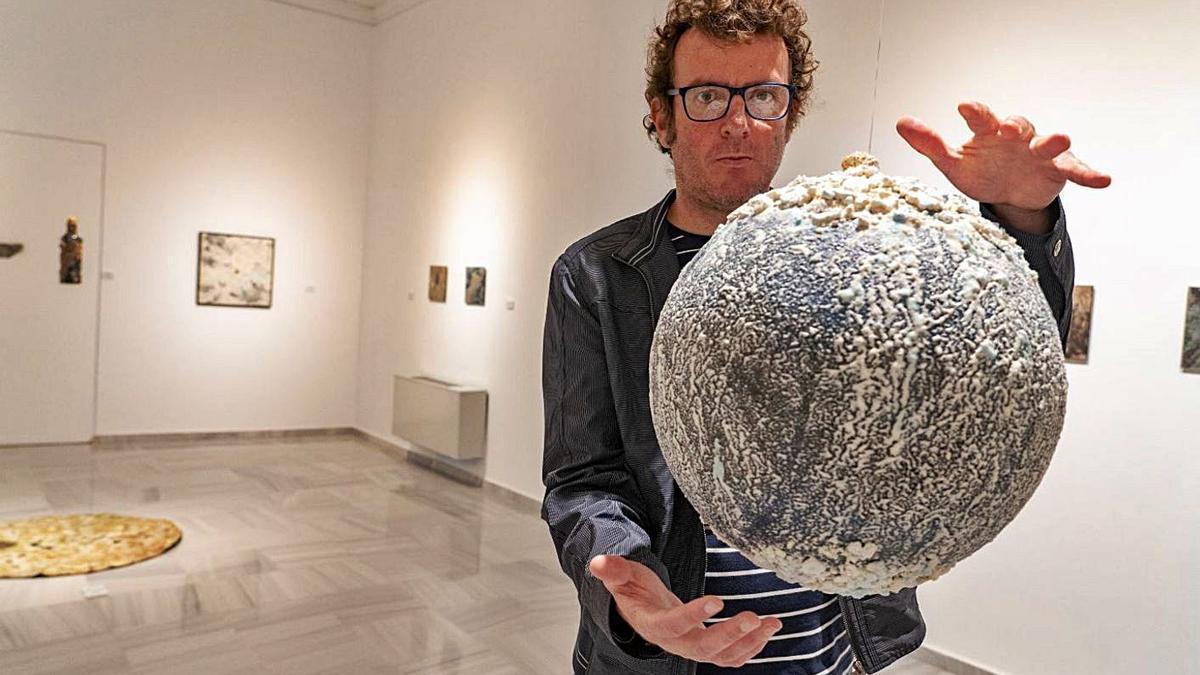 Pablo Cros con una de las figuras de la muestra.