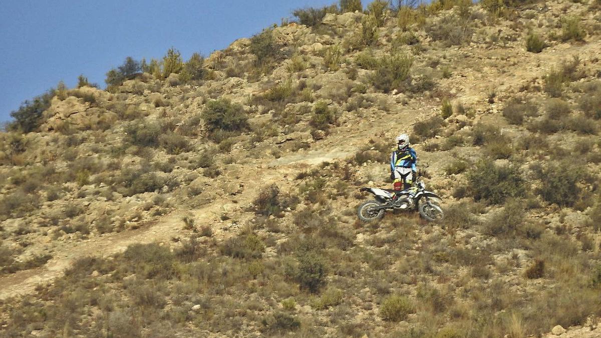 Una moto haciendo trial recientemente en la sierra de La Alcoraya.   INFORMACIÓN