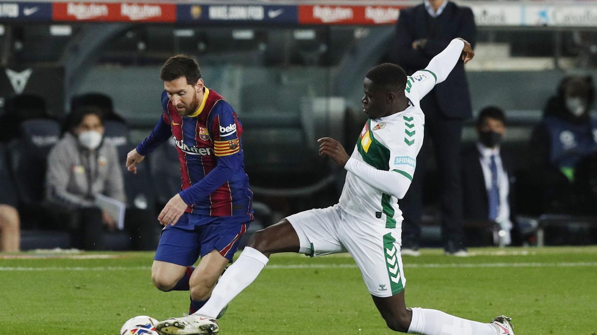 Messi se va de Nuke Mfulu.