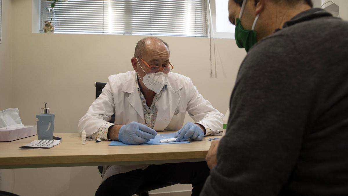 Un médico atiende a un paciente en una clínica privada.