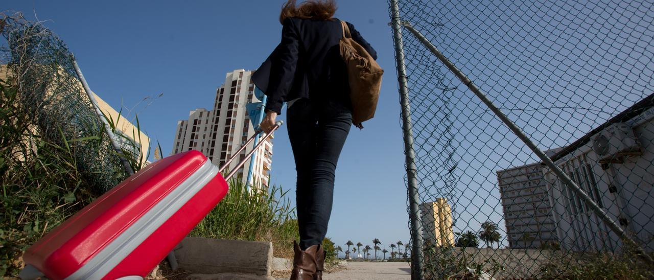 Problemas de acceso de 3.500 vecinos a la playa de San Juan que denuncian ellos mismos y Compromís