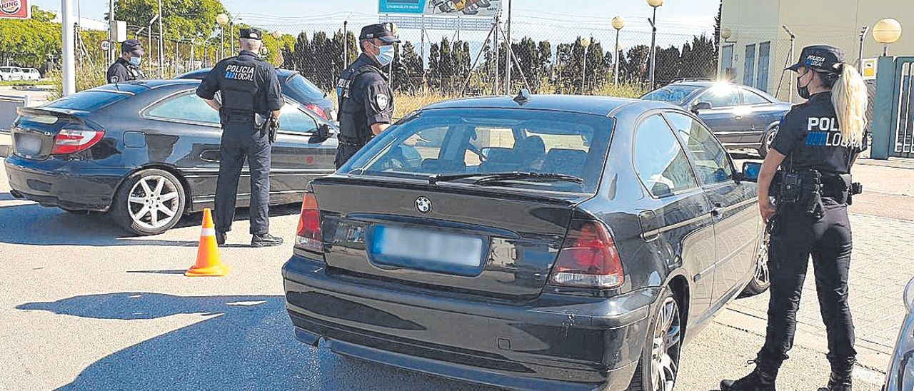 Agentes de la Policía Local de Palma en prácticas, durante un control.