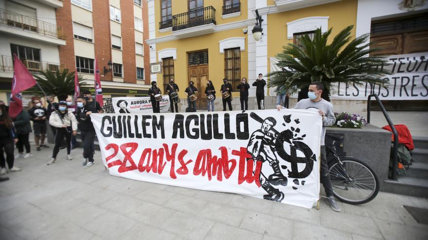 """Burjassot homenajea al """"maulet"""" Guillem Agulló en una manifestación por la libertad"""