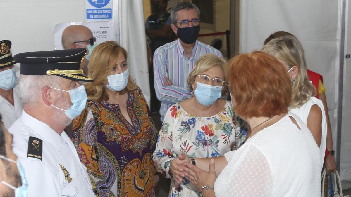 Un momento de la visita de Barceló, Bravo y Calero a la carpa de Cruz Roja en el Puerto para la atención de inmigrantes