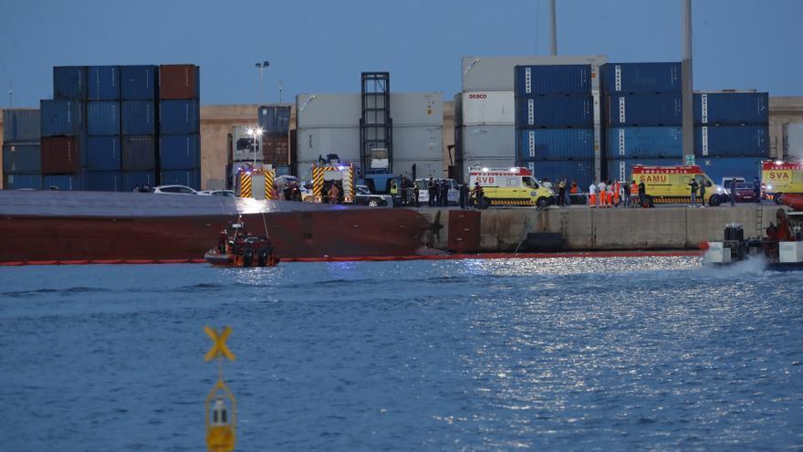 Un buque vuelca en el puerto de Castelló y desaparecen un estibador y un marinero