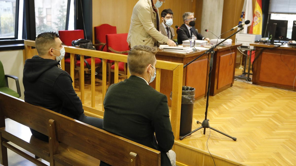 Los dos hermanos, en el juicio celebrado hace una semana en Vigo. // Alba Villar