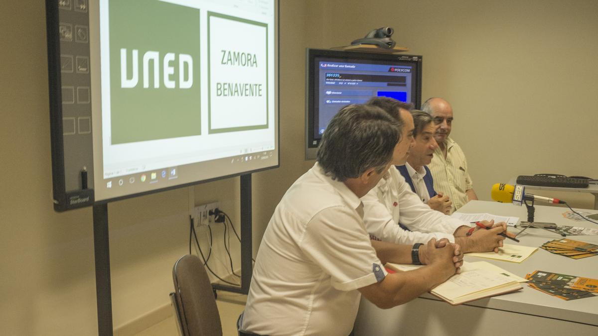 Un conferencia de prensa en la sede de la UNED en Benavente.