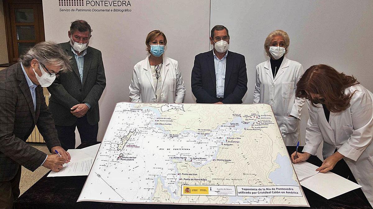 La Asociación Cristóbal Colòn Gallego entrega el mapa al Servicio de Patrimonio de la Diputación. |  // G.S.