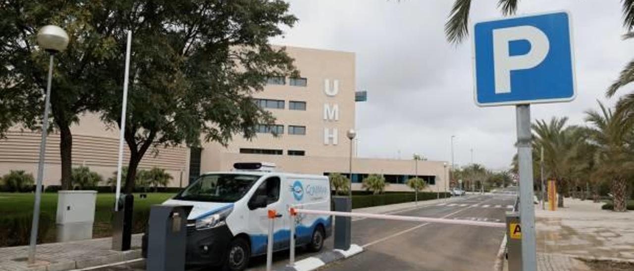 Una furgoneta abandona el aparcamiento del Rectorado de la UMH tras concedérsele un permiso temporal para aparcar por trabajo.