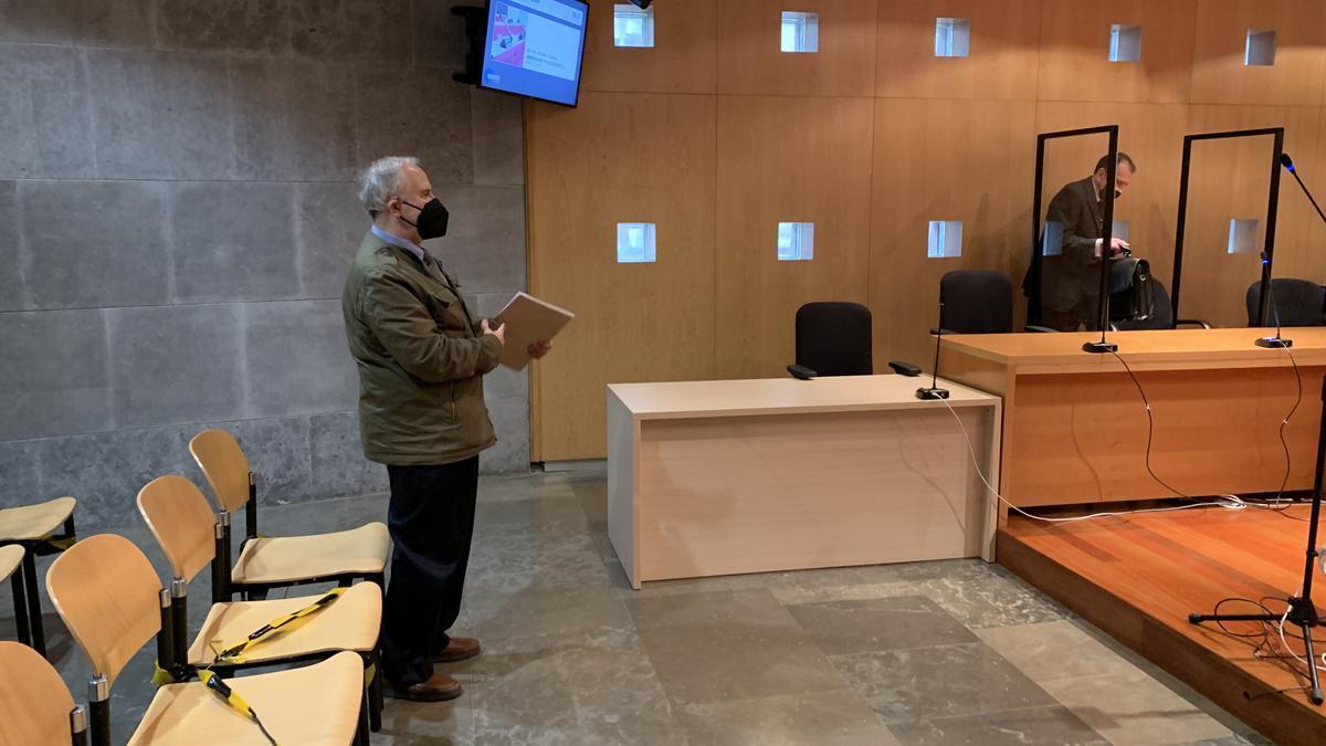 El exarquitecto municipal con su abogado, José Carlos Botas, antes del juicio.