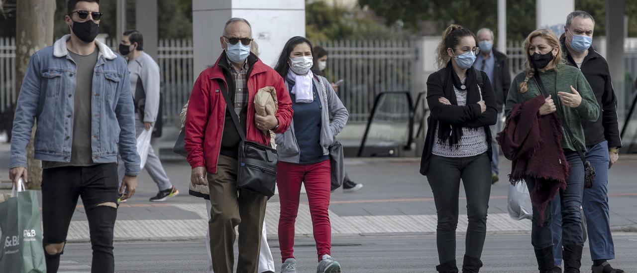 Ciudadanos con mascarilla frente a la Estación Intermodal, en Palma.