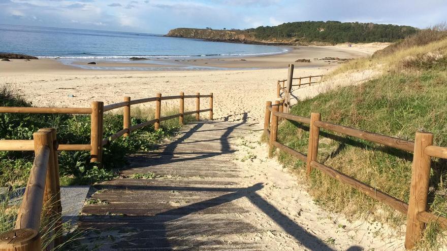 Muere repentinamente un operario que sustituía la pasarela de madera de la playa de Pragueira, en Sanxenxo