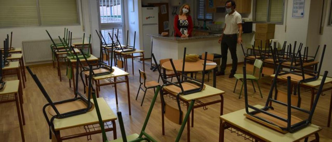 Inspección de la distancia de seguridad entre las mesas en un colegio de Mos. |   // FALSE