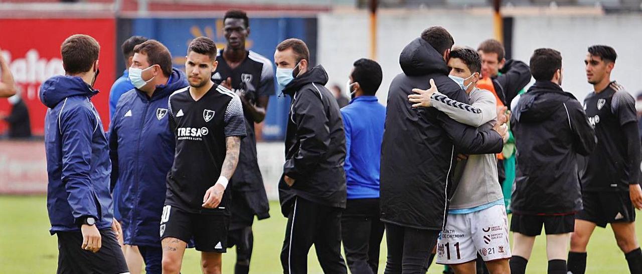 Los jugadores del Lealtad, ayer, al final del partido frente al Pontevedra. | Marcos León