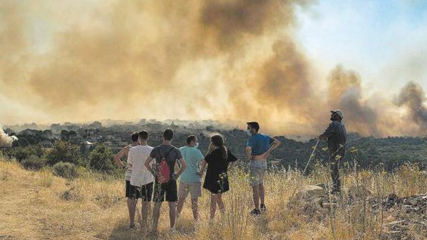 Un nuevo incendio en Monterrei calcina más de 600 hectáreas y provoca el desalojo de vecinos