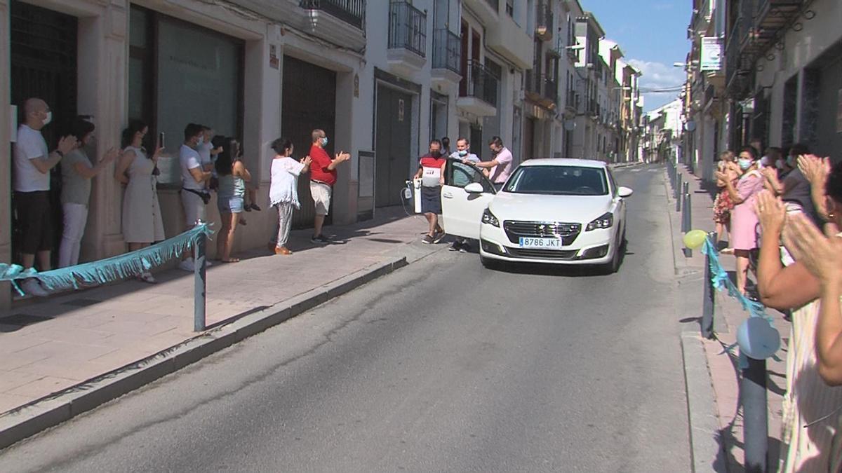 Los vecinos aplauden a Francisco Pérez a la llegada a Lucena.
