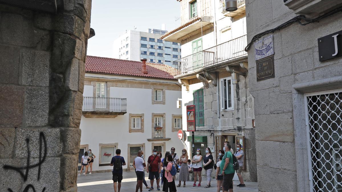 Turistas en el Casco Vello de Vigo en una imagen de archivo.