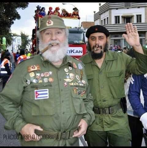 José Vázquez y Ángel Santana, disfrazados de Fidel Castro y Che Guevara. |