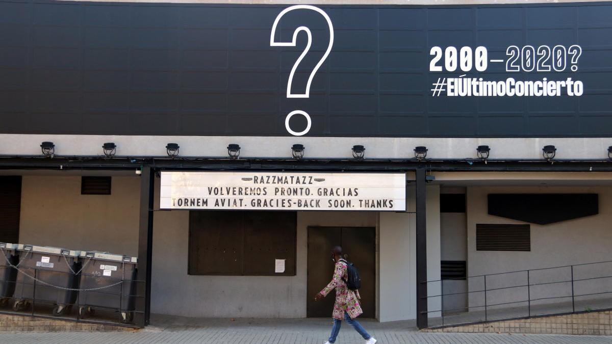 """Pla general de la façana del Razzmatazz, amb el cartell per anunciar el seu """"últim concert""""."""