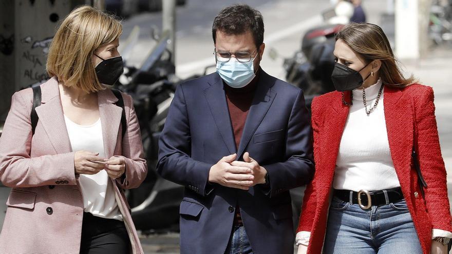 Pere Aragonés, acompañado por la diputada Raquel Sans Guerra (i) y por su esposa, Janina Juli (d).