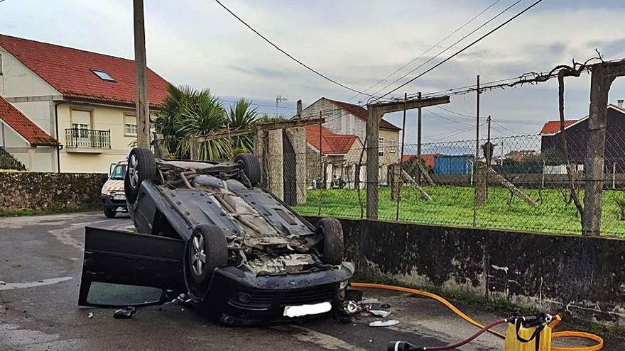Rehúsa la ambulancia tras volcar en la rúa de O Canto