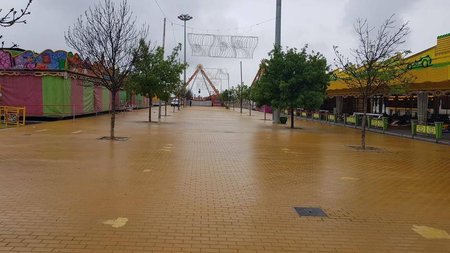 La lluvia trunca la ilusión de los feriantes para abrir la Feria de la Primavera