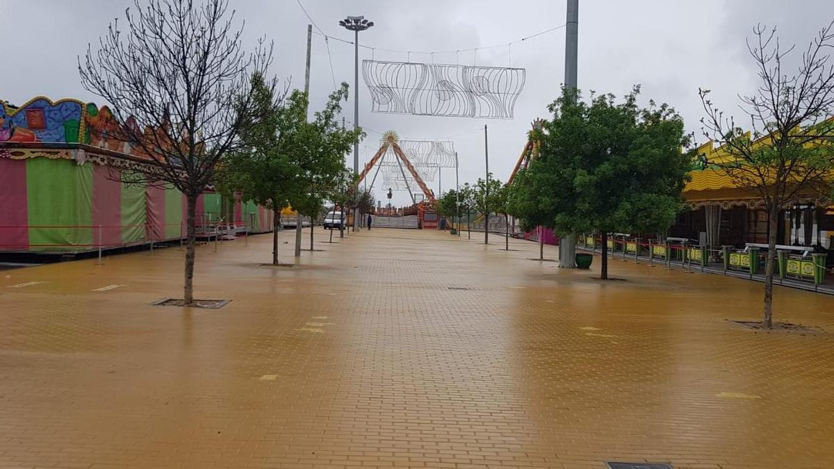 El recinto ferial de Lucena, desierto a causa de la lluvia.