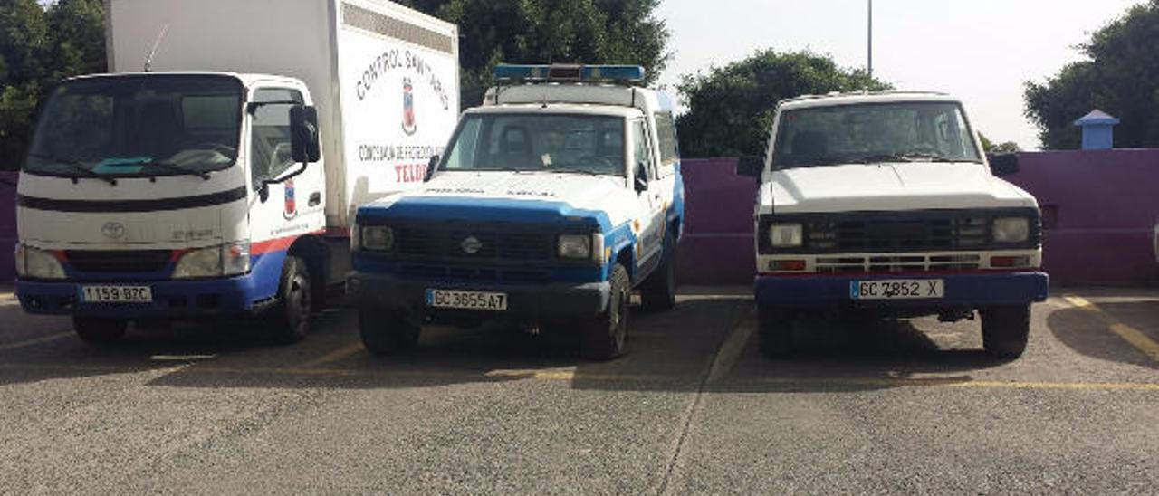Varios de los vehículos inoperativos del parque móvil municipal.