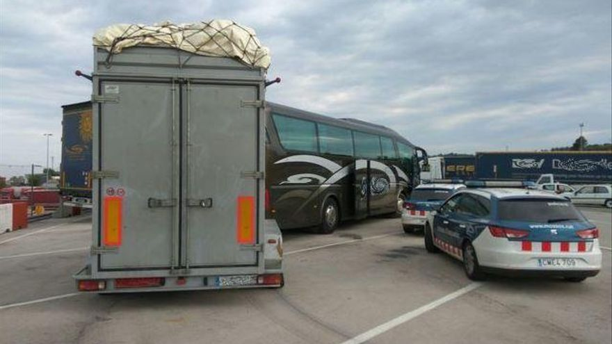 Denuncien el conductor d'un autocar per set infraccions greus de trànsit