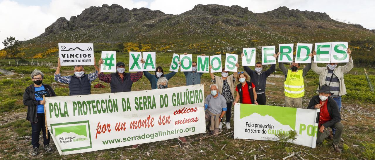 Integrantes de la Plataforma pola Protección da Serra do Galiñeiro, concentrados ayer en el monte. // Ricardo Grobas
