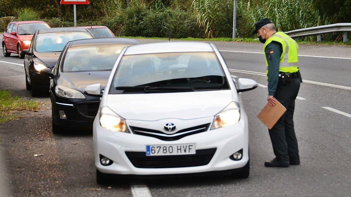 Los controles de la Guardia Civil se incrementaron ayer en la rontoda de A Rúa, que da acceso y salida de la autovía.   | // GONZALO NUÑEZ