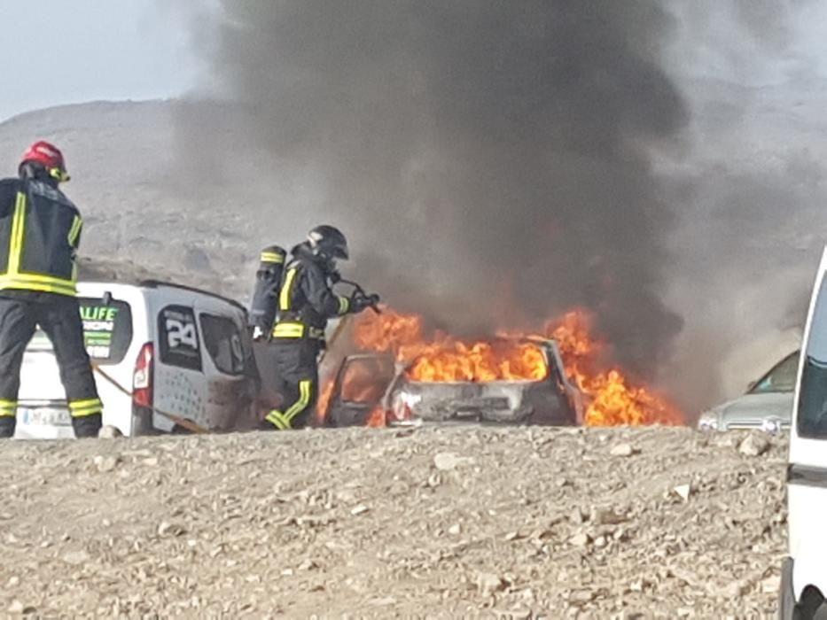 Un incendio de varios coches provoca una gran humareda en Playa del Inglés