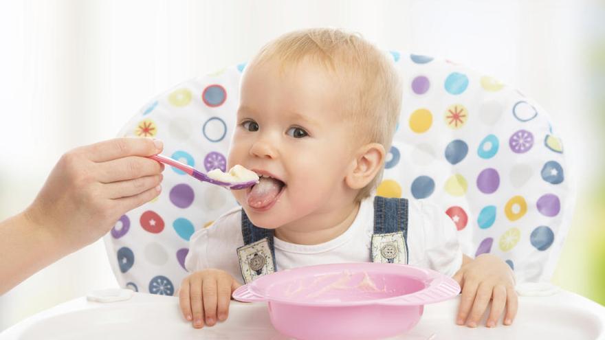 ¿Cuándo está listo un bebé para comer alimentos sólidos?