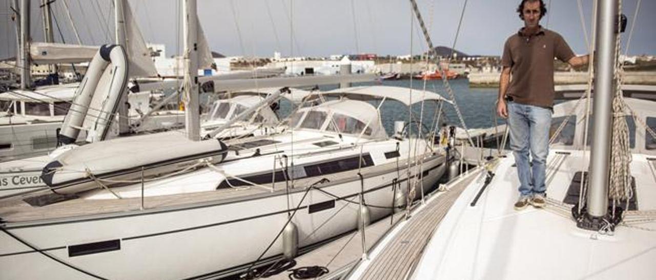 José Miguel Martín, ayer, en la cubierta de uno de los veleros en el puerto deportivo de Arrecife.