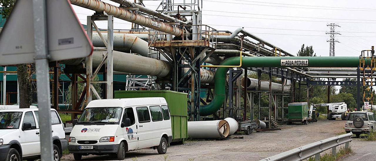 Trabajadores de Daorje atendiendo una avería en las instalaciones de Arcelor en La Granda hace unos años.