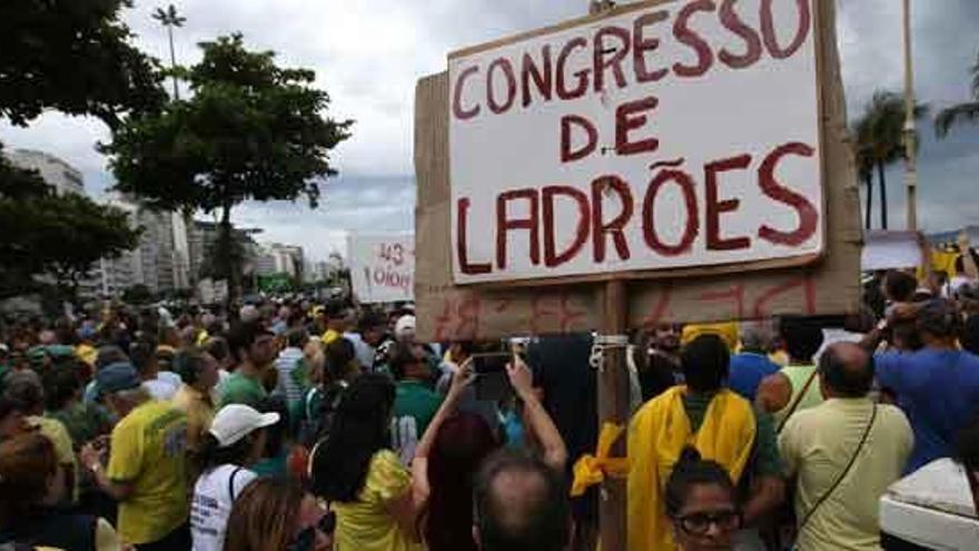 Miles de personas protestan en Brasil, hartas de corrupción