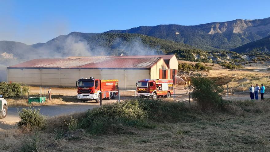 Declarado un incendio en un almacén de hierba en Ulle